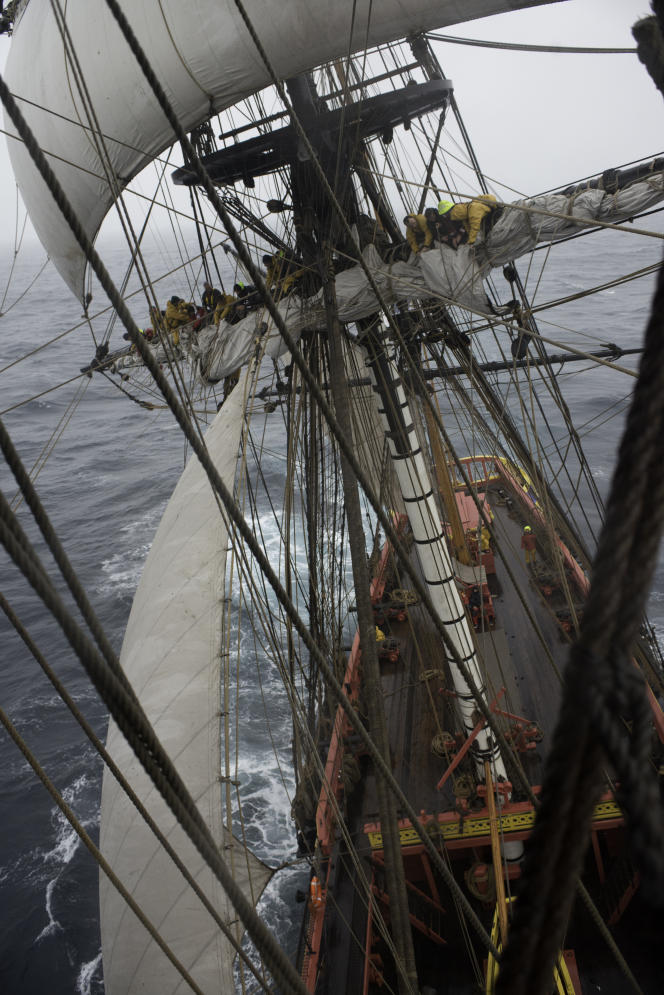 L'«Hermione», dans le golfe de Gascogne, à environ 70 mille nautiques du Finistère au nord et de La Rochelle à l'est, par un vent de force 7, le 15 octobre.
