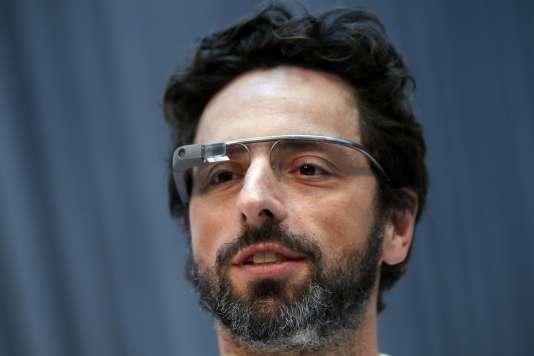 Le confondateur de Google Sergey Brin, le 20 février 2013, avec un prototype de Google Glass.