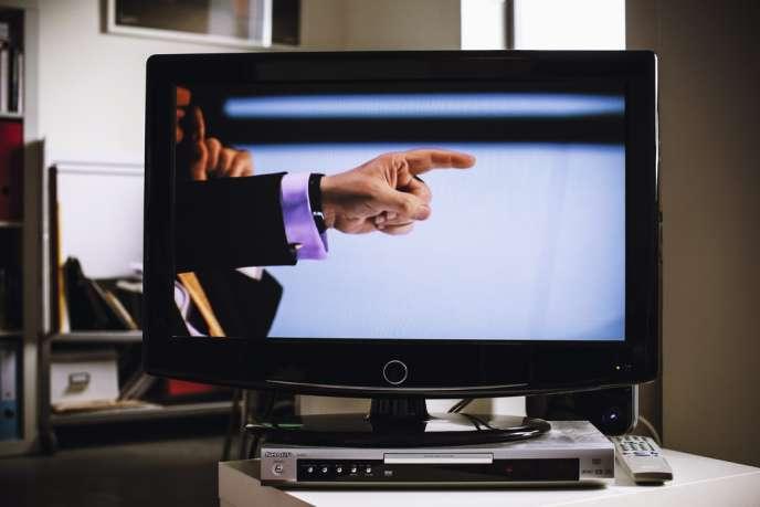 Lord Sugar conclut chaque épisode d'un« T'es viré »,en pointant du doigt le candidat exclu.