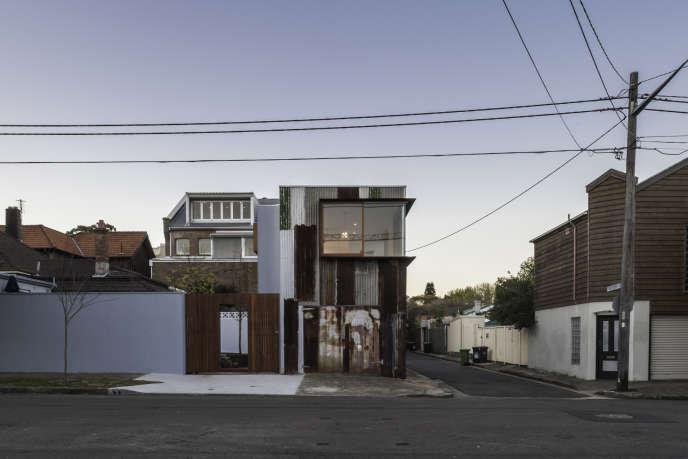 Habitation fabriquée avec des matériaux usagés dans la banlieue chic de Sydney.