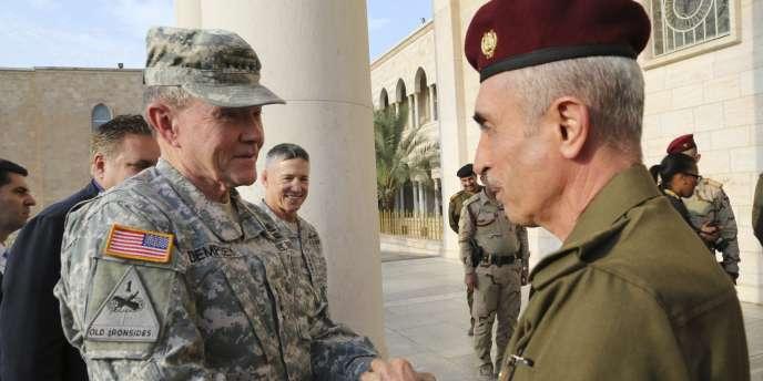 Le chef de l'armée irakienne, Babakir Zebari (droite), rencontre le chef d'état-major de l'armée américaine, le général Martin Dempsey, le 15 novembre à Bagdad.
