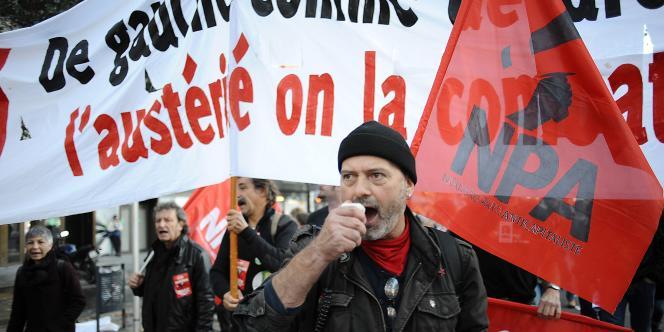 Un militant du Nouveau Parti anticapitaliste dans le cortège de la manifestation contre l'austérité, à Toulouse, le15novembre.