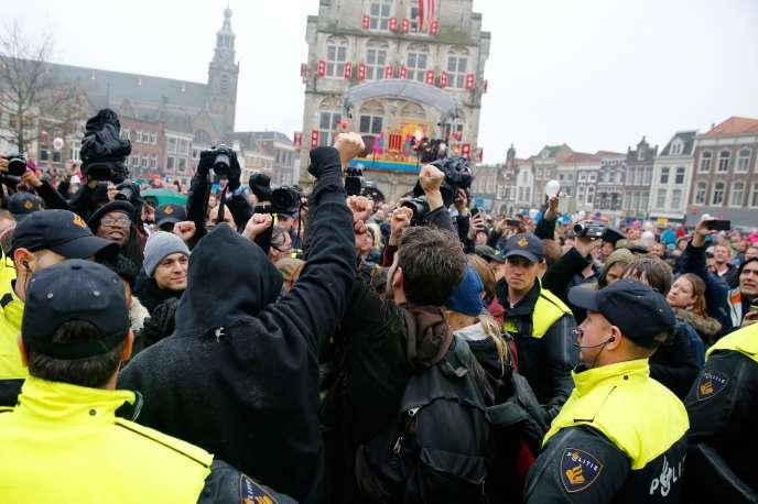 Des manifestants anti Zwarte Piet, à Gouda, le 15 novembre.
