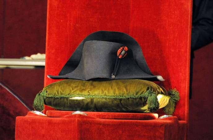 Un chapeau de Napoléon a été acheté 1 884 000 euros aux enchères à Fontainebleau, le 16 novembre.