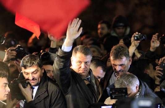Le président (libéral) roumain, Klaus Iohannis, au soir de son élection, le 16 novembre 2014, à Bucarest. Il s'oppose à la réforme fiscale souhaitée par le premier ministre, Victor Ponta