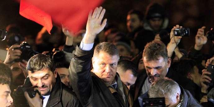 Le nouveau président roumain Klaus Iohannis célèbre sa victoire devant ses partisans, à Bucarest, le 16 novembre.