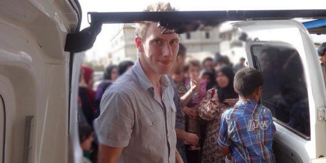 Peter Kassig travaillant pour son ONG SERA à la frontière syrienne entre la fin 2012 et l'automne 2013. Cette photo a été rendue publique par sa famille le 4 octobre.