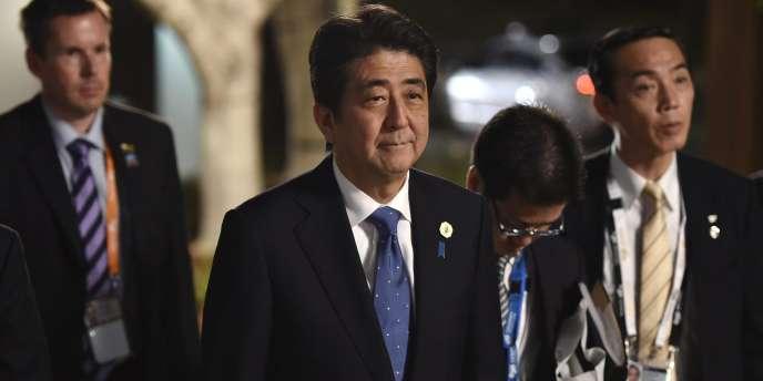 Le premier ministre japonais Shinzo Abe, ici à Brisbane le 15 novembre, semble n'avoir plus guère le choix : les statistiques de croissance sont tombées lundi matin, et elles sont catastrophiques.