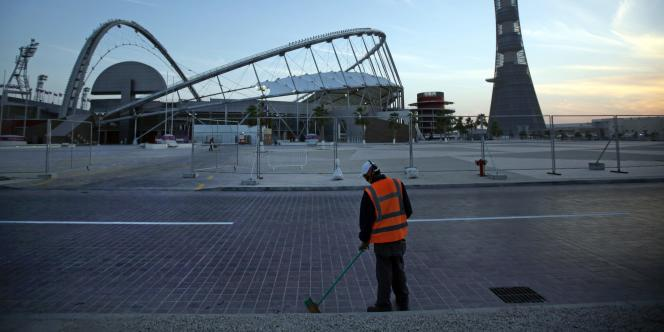 Devant le centre sportif Khalifa à Doha, en janvier 2011.