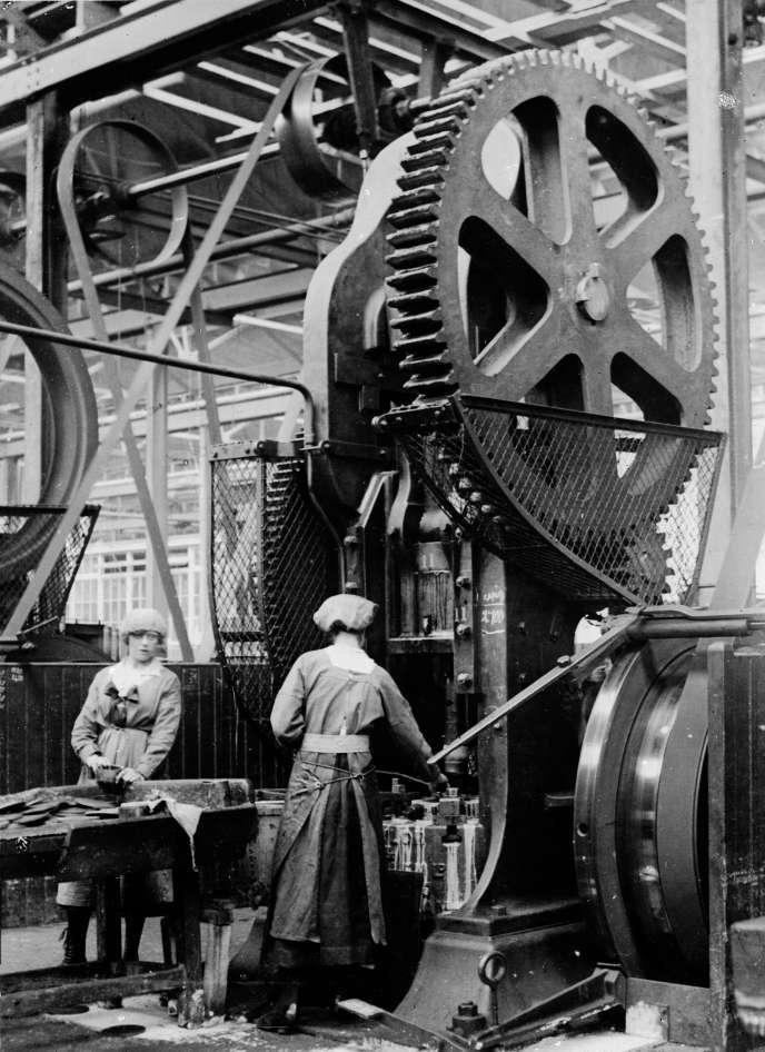 Des femmes dans une usine en Grande-Bretagne pendant la Grande Guerre.