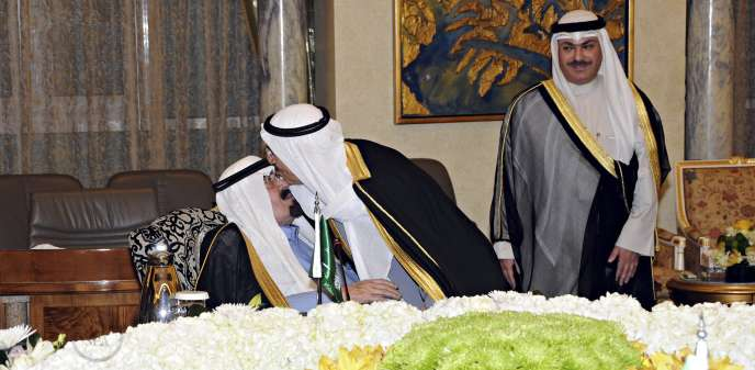 L'émire koweïtien, le cheikh Sabah Al-Ahmad Al-Sabah, salue le roi Abdallah d'Arabie saoudite, hôte d'un sommet extraordinaire du Conseil de coopération du Golfe, dimanche 16 novembre à Riyad.