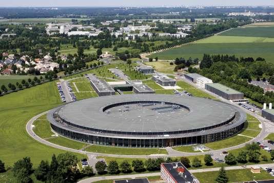 Vue aérienne du synchrotron Soleil (Source optimisée de lumière d'énergie intermédiaire du LURE). CEA de Saclay, Saint-Aubin.