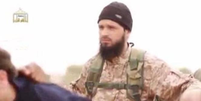 L'homme présenté comme le Français Maxime Hauchard, combattant de l'Etat islamique, apparaissant dans la vidéo diffusée dimanche.
