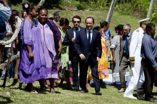 Le président français François Hollande au village kanak de Tiendanite, en Nouvelle-Calédonie, le 17 novembre 2014.