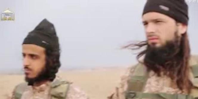 Des observateurs des réseaux sociaux djihadistes disent avoir identifié Abou Abdallah Al-Faransi (à droite), de son vrai prénom Maxime, parmi les bourreaux.