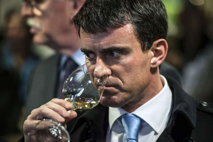 Manuel Valls déguste un vin de Chablis.
