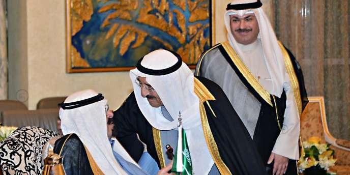 Le roi d'Arabie saoudite (à gauche) salue le cheik du Koweït, lors de la réunion surprise du Conseil de coopération du Golfe, le 16 novembre à Ryad.