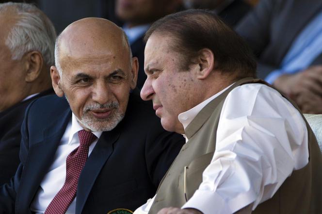 Le président afghan, Ashraf Ghani, avec le premier ministre pakistanais Nawaz Sharif, le 15 novembre à Islamabad.