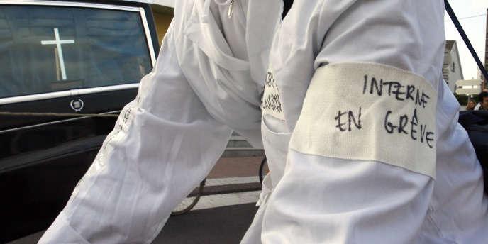Le principal syndicat des étudiants en médecine, généralistes et spécialistes, a appelé à une grève de vingt-quatre heures lundi pour protester contre le projet du gouvernement de réforme de leur temps de travail.