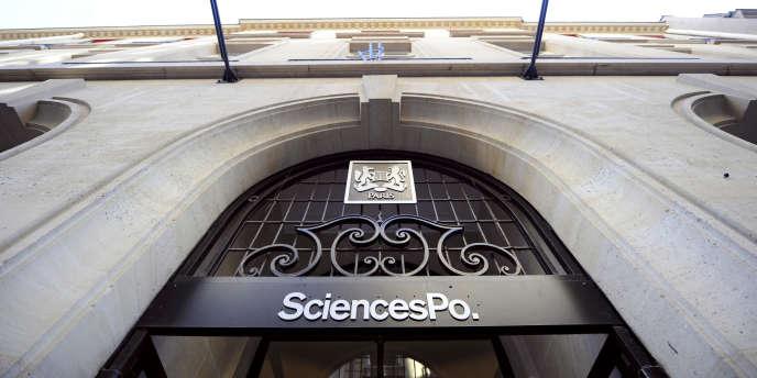 A l'entrée de Sciences Po Paris.