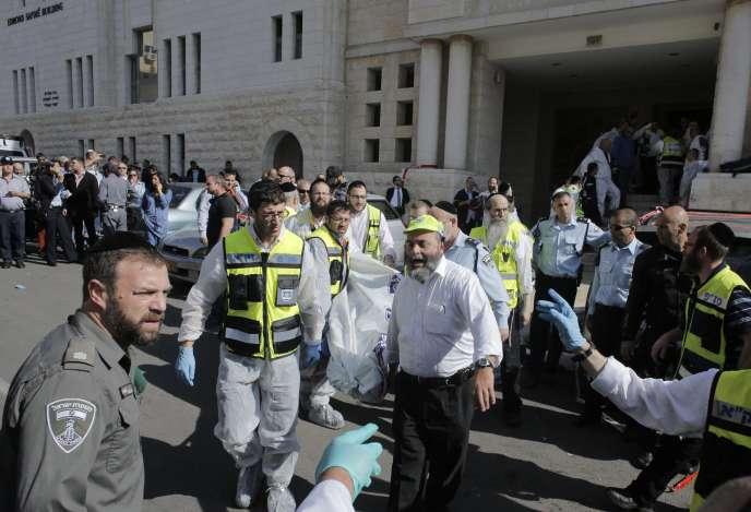 Devant la synagogue de Jérusalem attaquée par deux assaillants possiblement palestiniens mardi 18 novembre.