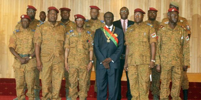Michel Kafando, le président de transition burkinabé, pose avec des leaders militaires en novembre 2014.