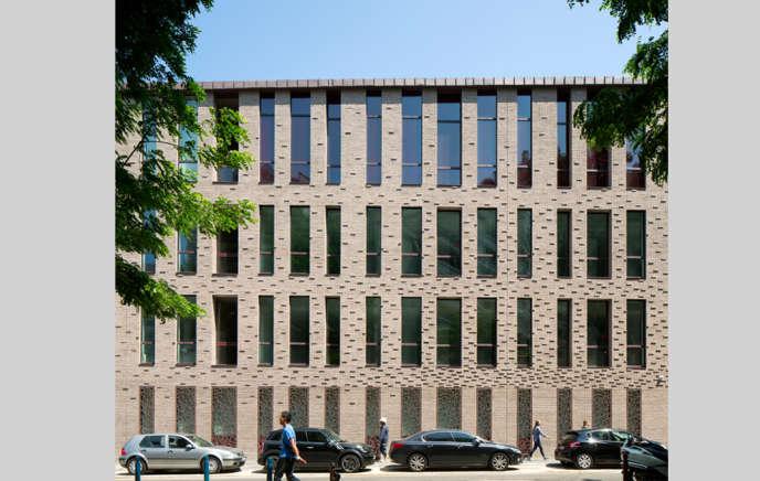 La façade principale de la Cité des métiers Hermès à Pantin.