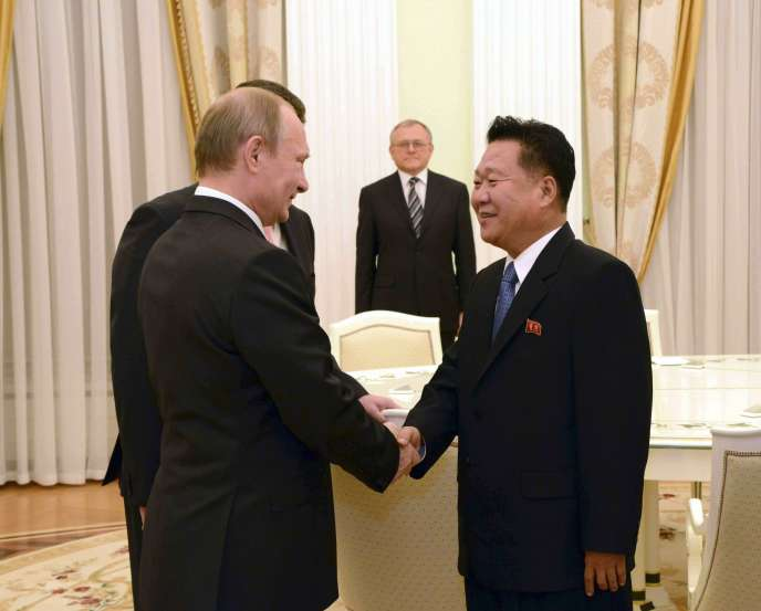 VladimirPoutine accueille Choe Ryong Hae, un des proches collaborateurs du dirigeant nord-coréen Kim Jong Un, à Moscou, le 18 novembre.