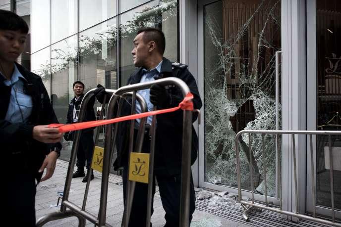 Des manifestants masqués ont tenté d'entrer dans le Parlement, à Hongkong, le19novembre.