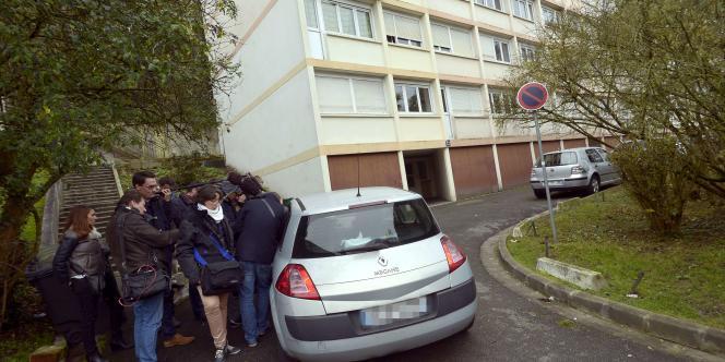 Devant l'immeuble où Mickaël Dos Santos vivait, le 19 novembre.