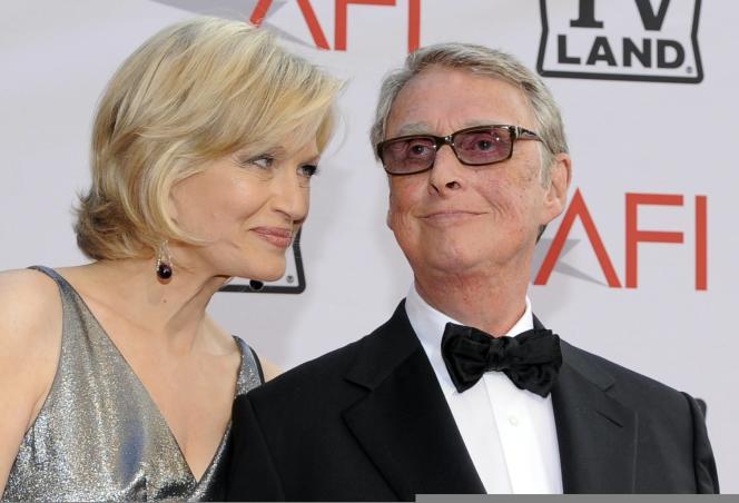 Mike Nichols, avec sa femme, la présentatrice de télévision Diane Sawyer, a reçu en 2010, une récompense, le Life Achievement Award décerné par l'American Film Institute pour l'ensemble de sa carrière.