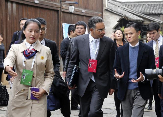 Le PDG d'Alibaba, Jack Ma, en pleine discussion avec Fadi Chehade, le président de l'Internet Corporation for Assigned Names and Numbers, l'ICANN, dans les rues de Wuzheng, le 19 novmebre