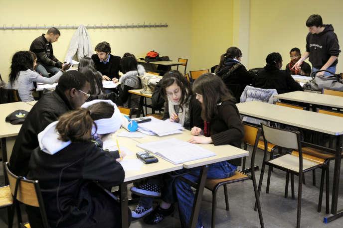 Des étudiants de l'Ecole normale supérieure (ENS) de Lyon aident des lycéens au lycée Jacques Brel de Vénissieux, le 11 février 2010.
