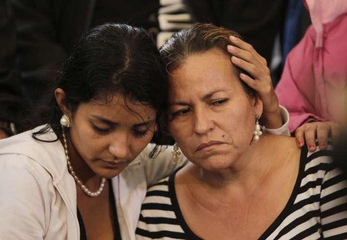 La mère et une des soeurs de Maria Alvarado lors d'une veillée pour leurs filles et soeurs Maria et Sofia, le 20 novembre 2014.