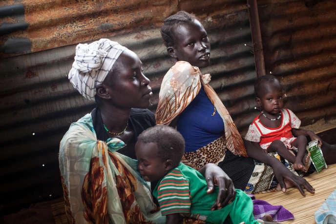 Des familles avec des enfants souffrant de malnutrition attendent de recevoir des traitements, au Soudan du Sud en juillet 2014.