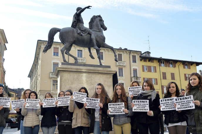 Des étudiants protestent à Casale Monferrato, le 20 novembre, contre la décision de la Cour de cassation.
