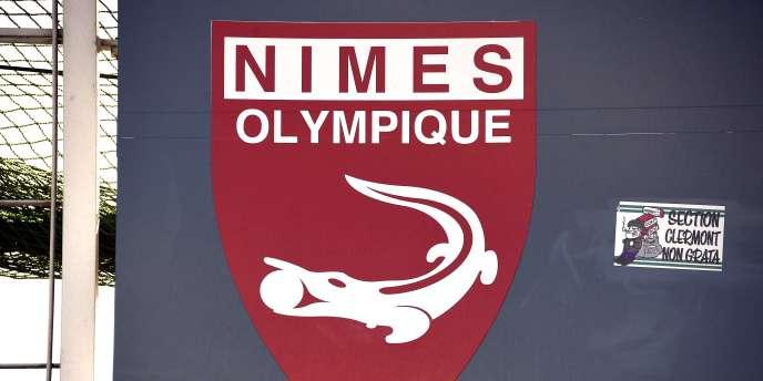 Le logo du Nîmes Olympique, au siège du club.