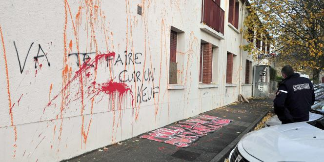 La façade de la gendarmerie, où a été inscrit à un angle « va te faire cuir un keuf », a été barbouillée de peinture orange et une grosse flaque de peinture rouge était présente devant l'entrée du bâtiment, dont le pas de la porte était obstrué par une plaque en fer.