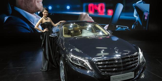 Une limousine Mercedes-Maybach S600, dévoilée par le groupe Daimler lors d'une exposition internationale à Guangzhou, en Chine, le 20 novembre 2014.
