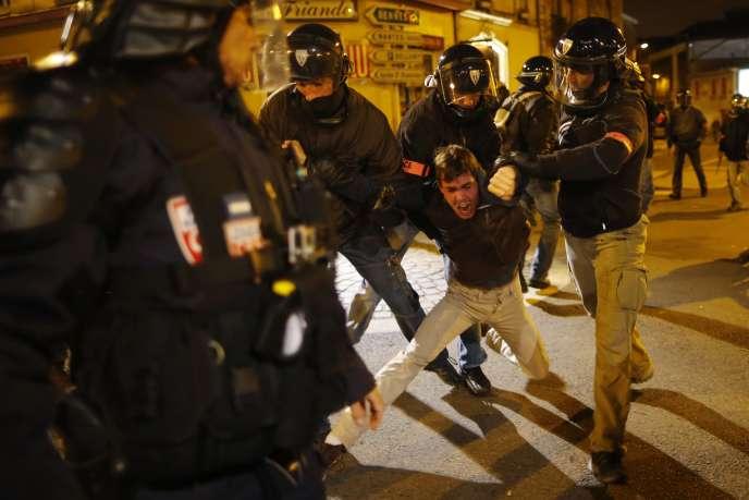 Un manifestant est arrêté lors d'une manifestation contre la brutalité policière à Nantes, le 22 novembre 2014.