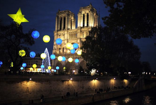 Devant Notre-Dame de Paris, le 22 novembre.