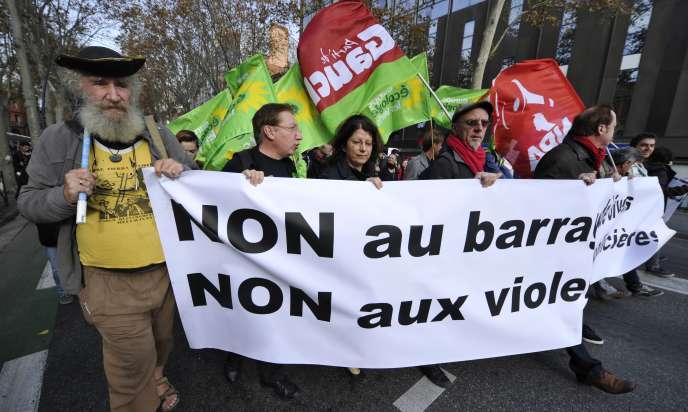 Des manifestants défilent pour dénoncer les violences policières, le 22 novembre, à Toulouse
