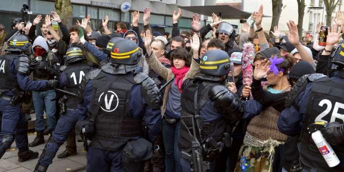 A Nantes, un important dispositif policier avait été déployé le 22 novembre, trois semaines après une précédente manifestation durant laquelle plusieurs personnes avaient été blessées et une vingtaine d'autres interpellées.
