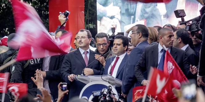 Au dernier jour de la campagne de l'élection présidentielle, Slim Riahi, homme d'affaires, propriétaire d'un des deux clubs de foot de Tunis, investit l'avenue Bourguiba dans la capitale tunisienne.