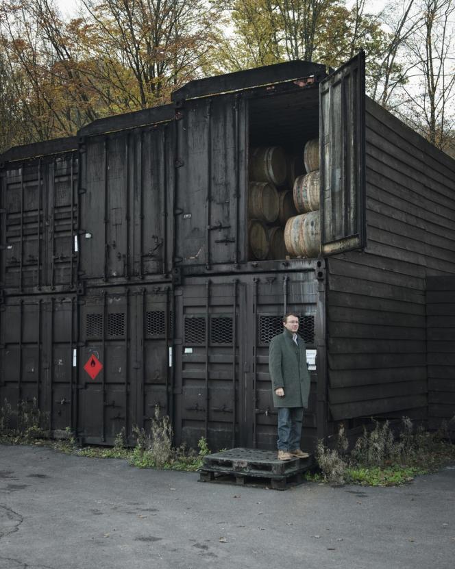 Le chai de vieillissement est constitué de fûts logés dans des conteneurs, car il est interdit de construire le moindre bâtiment en zone Natura 2000.
