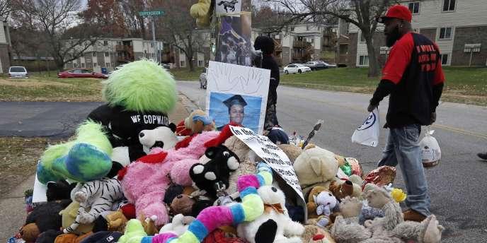 Le père de Michael Brown passant devant le mémorial dédié à son fils à l'endroit où il a été tué, le22novembre2014.