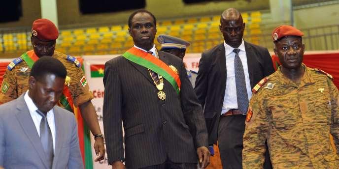 Le président de transition Michel Kafando et en arrière plan le lieutenant colonel Issac Zida, le 21 novembre.