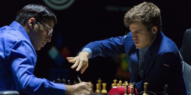 L'Indien Vishy Anand (à gauche) et le Norvégien Magnus Carlsen, au début de la onzième partie du championnat du monde d'échecs, dimanche 23 novembre 2014.