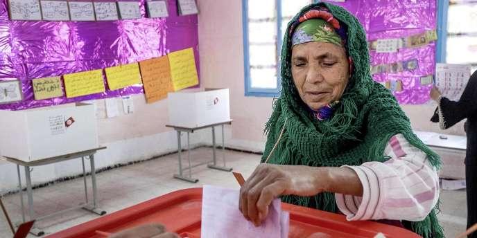 A Khedija, village agricole à 30 km de Tunis, les personnes âgées ont afflué avec joie et fierté dans les bureaux de vote au premier tour du scrutin présidentiel.