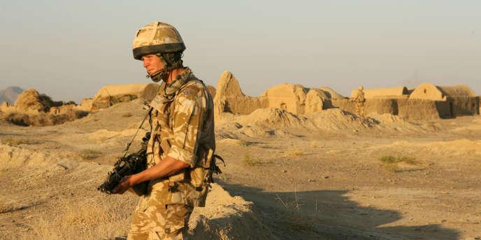Un soldat britannique à proximité de la base aérienne de Kandahar, dans le sud de l'Afghanistan, en novembre 2006.